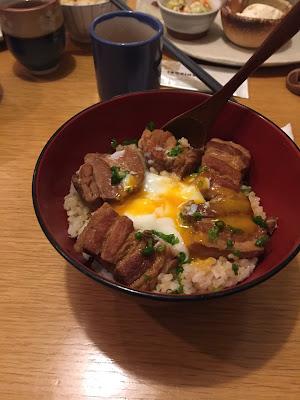 carne de cerdo, arroz y huevo