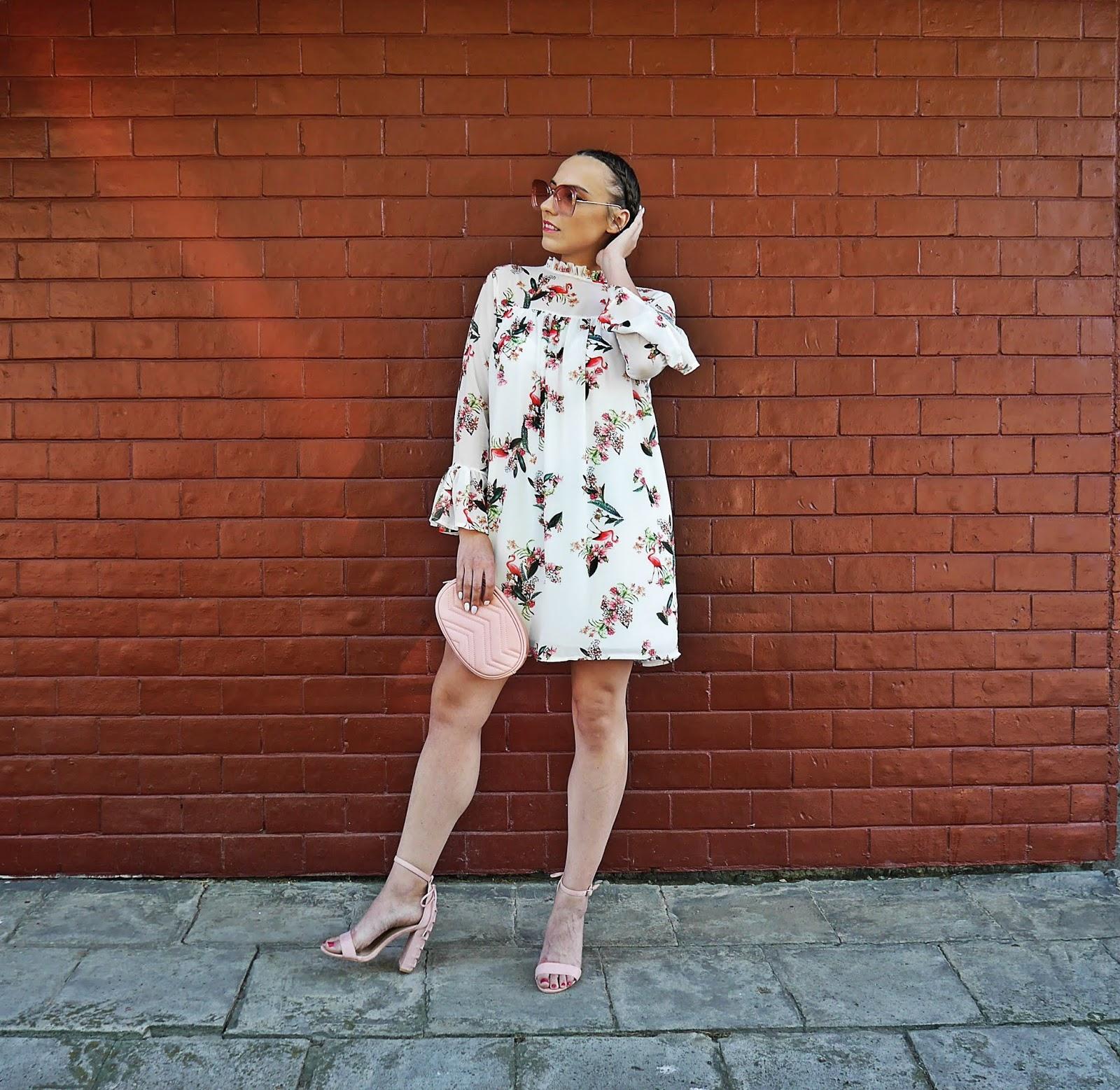 2_sukienka_we_flamingi_renee_szpilki_rozowe_torebka_nerka_rozowa_karyn_blog_modowy_300518