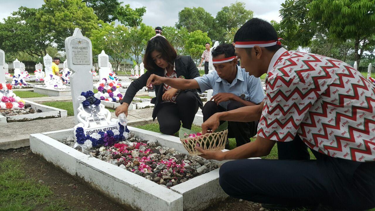 Peringati Hari Pahlawan, Meotel Kebumen Tabur Bunga di TMP Bumi Wira Bhakti
