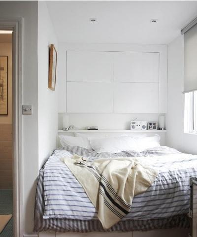 Memanfaatkan seluruh dinding di belakang ranjang sebagai lemari dan headboard adalah ide jenius. Cara ini menyatukan lemari dan tempat tidur, sehingga bisa membuat ruangan sempit terasa lebih lega. Cocok untuk pemilik kamar sempit.