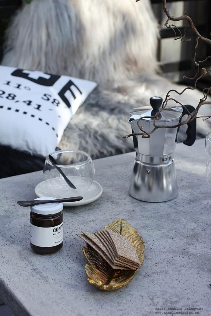 annelies design, webbutik, uteplats, uteplatsen, trädäck, trädäcket, uterum, inglasat, kaffe, espresso bryggare, mugg med dubbla glas, fjäder fat, betongbord, utemöbler, nicolas vahe,