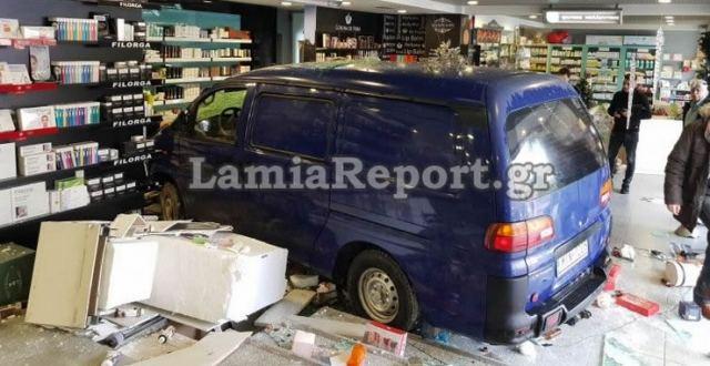 Σοκαριστικό: Αυτοκίνητο εισέβαλε σε φαρμακείο παρασύροντας πελάτισσα (βίντεο)
