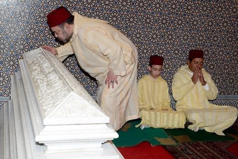 الملك يترأس حفلا دينيا في ذكرى وفاة الحسن الثاني