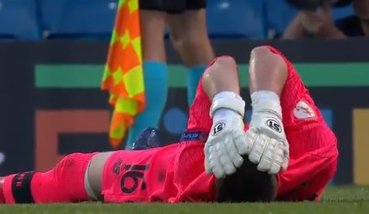 Portiere espulso durante i rigori, in porta il difensore VIDEO