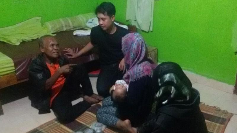 Waluyo (62) bersama keluarganya