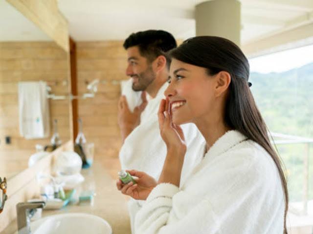 gambar cara merawat wajah dengan rutin membersihkan bekas makeup diwajah agar terlihat cantik mempesona