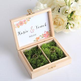 https://www.slubnezakupy.pl/sklep,130,11598,pudelko_na_obraczki_drewniane_wild_flowers_z_imionami.htm