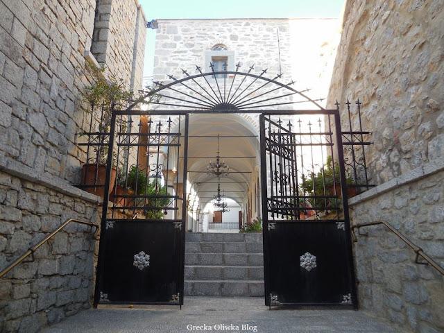 czarna brama, wjście do świątyni Taksiarchis Mesta Grecja