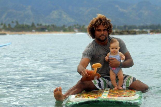 Keren, Ayah Berselancar Bersama Bayinya Tanpa Rasa Takut