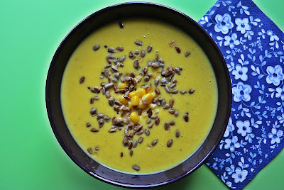 Kremowa zupa z cukinii i kukurydzy z prażonymi pestkami słonecznika