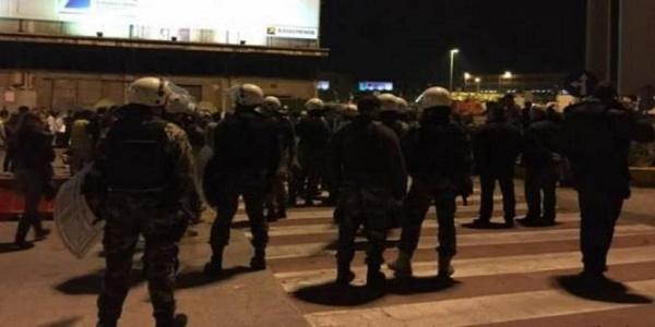 Σοβαρά επεισόδια και πετροπόλεμος μεταξύ προσφύγων στο λιμάνι του Πειραιά - οκτώ ελαφρά τραυματίες