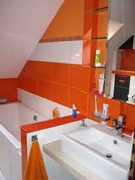 Baño color naranja y blanco
