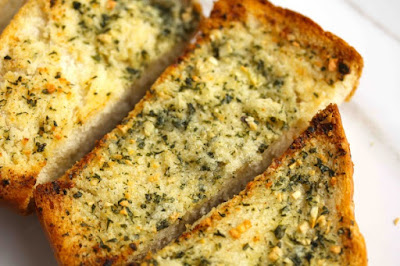 Bánh mì nướng bơ tỏi là một món ăn rất ngon.