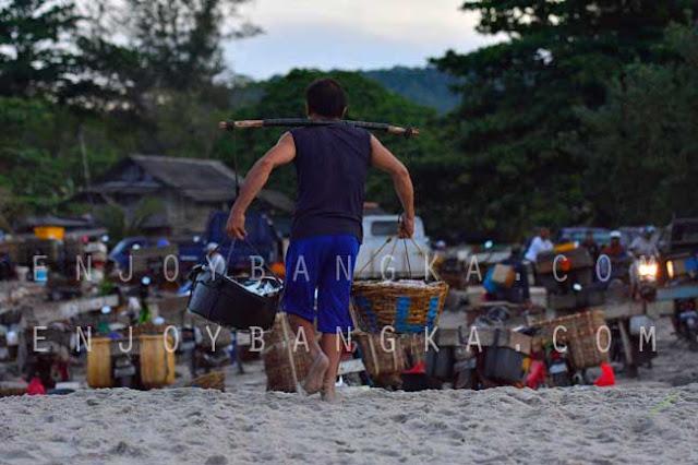 nelayan desa rebo mengangkut hasil melaut