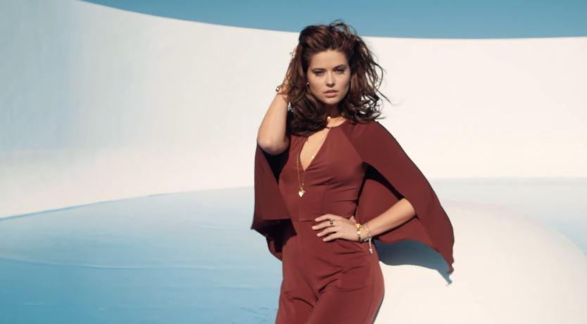 Modello e modella Guess pubblicità con modella con vestito bordoux con Foto - Testimonial Spot Pubblicitario Guess 2016