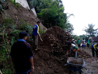 Hujan Deras, Jalan Desa Cileng Tertutup Longsor