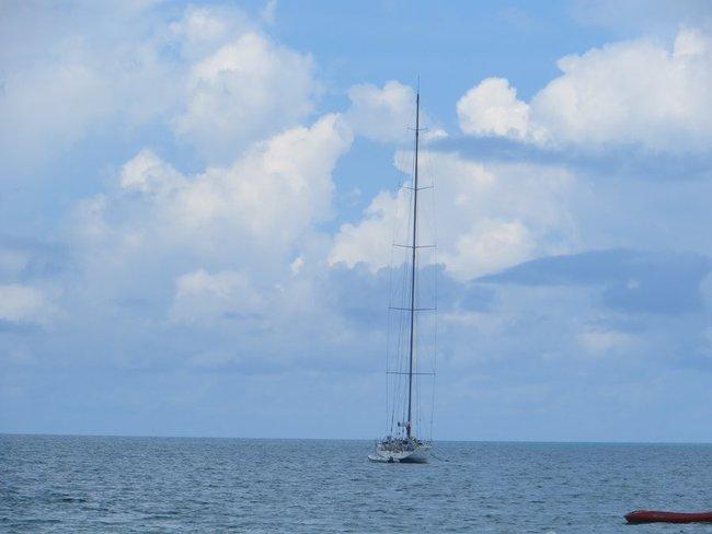 Яхта с высокой мачтой