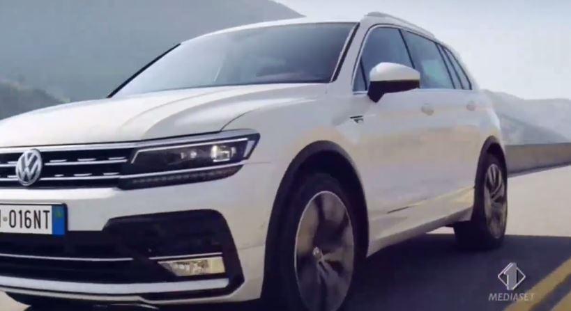 Nome modello e modella Volkswagen Tiguan Macchina bianca che cammina per la città con Foto - Testimonial Spot Pubblicitario Volkswagen Tiguan 2016
