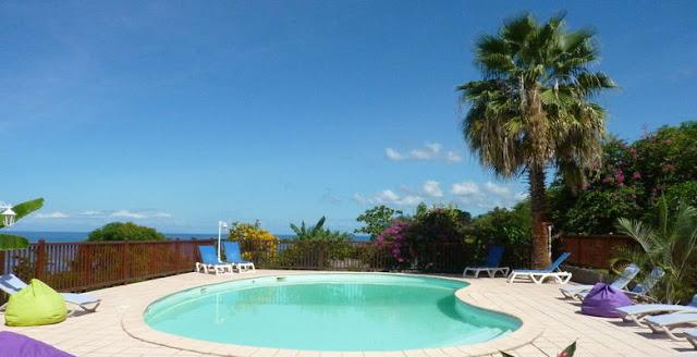Résidence Pommes Cannelles Guadeloupe - piscine face à la mer de Malendure
