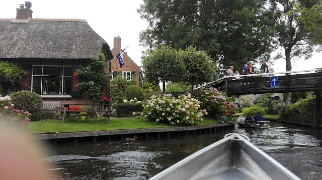Uitzicht over Giethoorn vanuit een bootje.