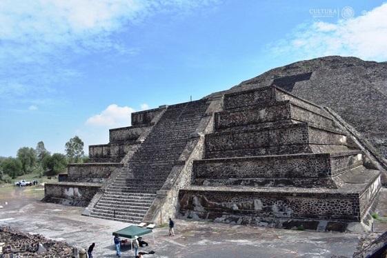 Un tunnel découvert sous la place de la lune à Teotihuacan