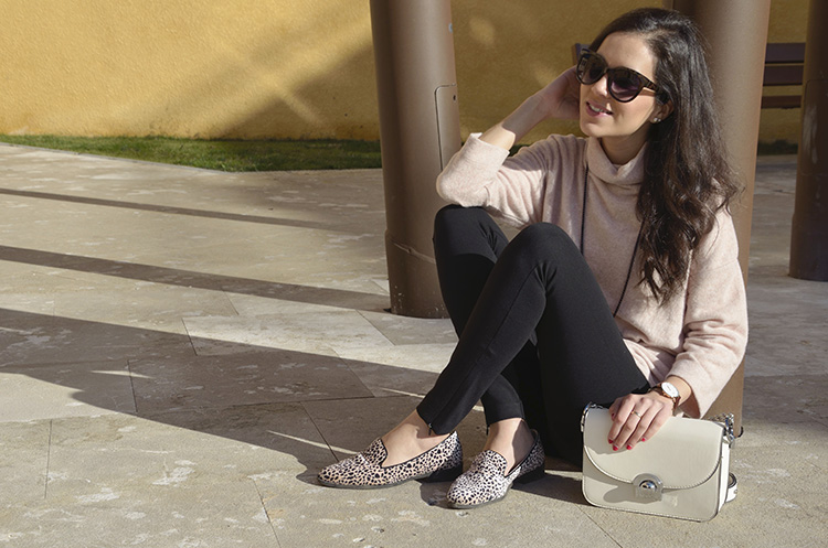 comfy-look-trends-gallery-rosa-pink-sweater-slippers-animal-print