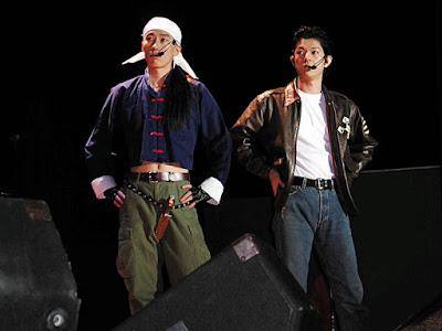 Masaya Matsukaze (right) with Takumi Hagiwara (left) in costume as Ryo and Ren at the 2001 AM2 Summer Festival.
