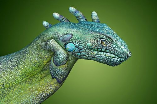 05-Iguana-Guido-Daniele-Painting-Animals-on-Hands-www-designstack-co