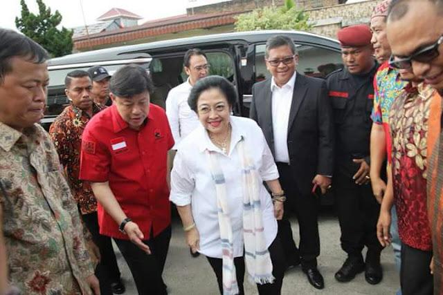 Alex Indra Lukman ketika mendamping Ketua Umim PDI Perjuangan, Megawati Soekarno Putri saat berkunjung ke Sumbar.