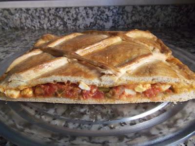 Empanada de tomate y atún