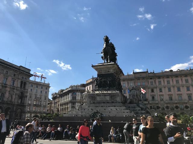 イタリアドゥオーモ広場にある、ヴィットーリオ・エマヌエーレII世の像