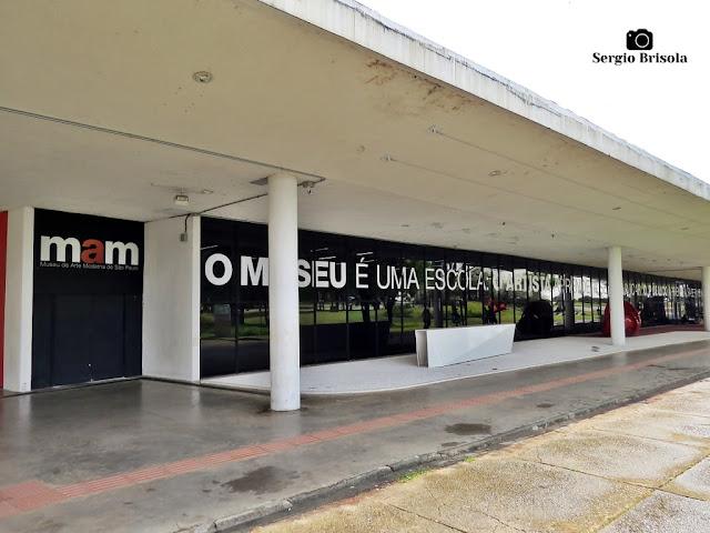Vista ampla do Museu de Arte Moderna de São Paulo (MAM) - Parque Ibirapuera - São Paulo