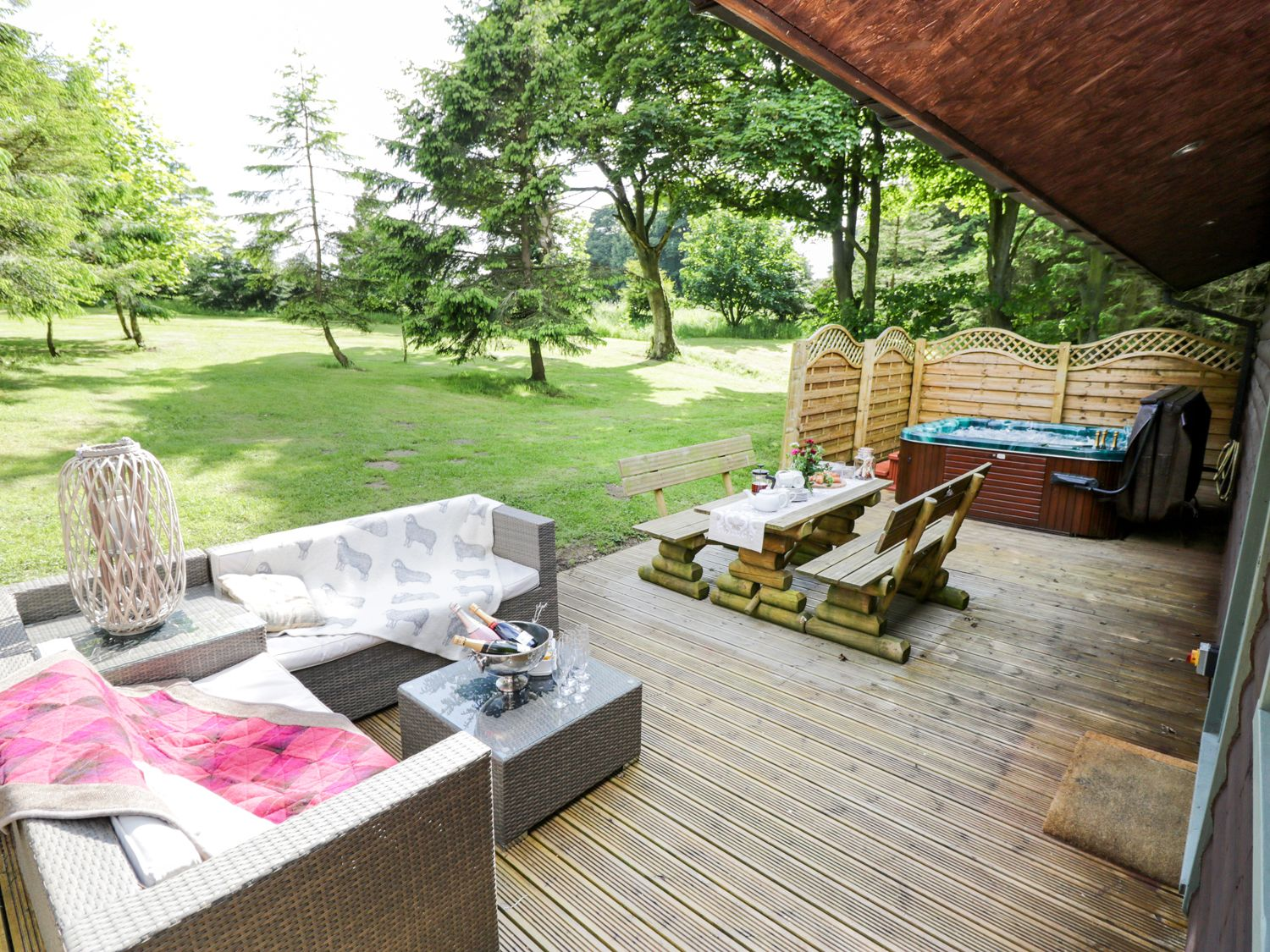 20 Lodges with Hot Tubs within a 90 minute drive of York  - pond farm woodlands