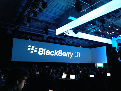 (CNN) — Todo lo que BlackBerry hizo este miércoles fue cambiar su nombre corporativo, presentar dos nuevos smartphones y lanzar un nuevo y audaz sistema operativo móvil, BlackBerry 10, que podría ser el último gran salto que dé la empresa hacia la relevancia. Ahora queda en manos de los consumidores el veredicto sobre si vale la pena comprar las nuevas ofertas de BlackBerry: el teléfono de pantalla táctil Z10 y el Q10, que aún tiene un teclado, en lugar de iPhones o dispositivos Android. BlackBerry (ya no Research In Motion) aún tiene trabajo por hacer, pero hay algunas señales prometedoras.