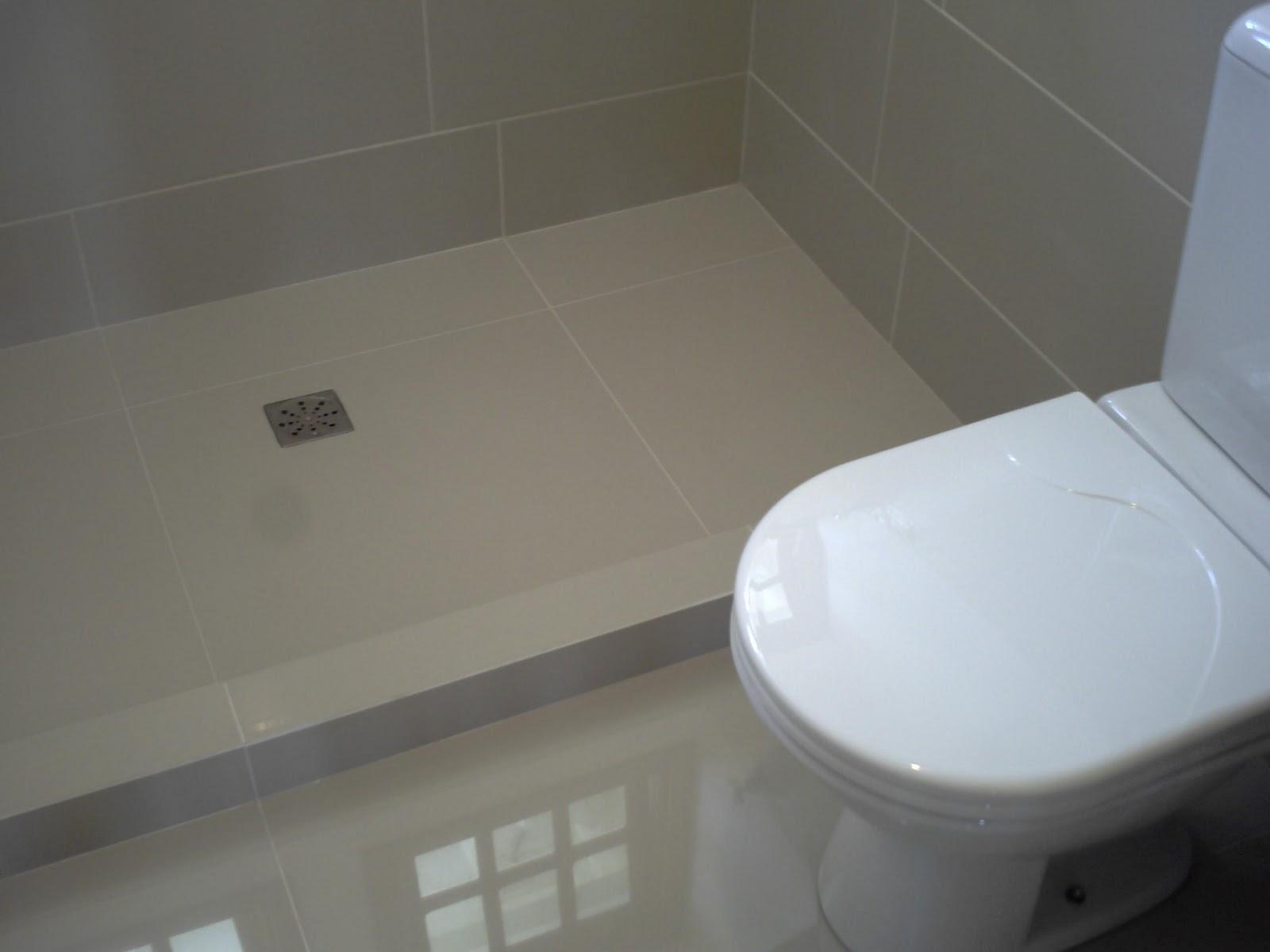 Banheiro da casa de um cliente onde colocamos porcelanato no piso  #51667A 1600x1200 Banheiro Com Piso De Porcelanato Preto