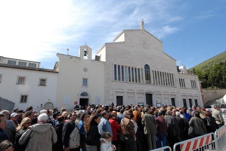 Buongiornolink - San Pio spoglie tornate a vecchia chiesa