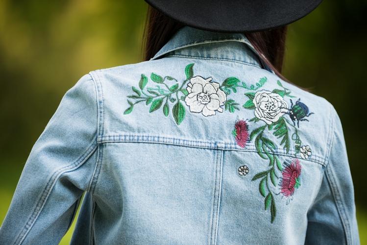 kurtka z dżinsu z haftem na plecach 2017