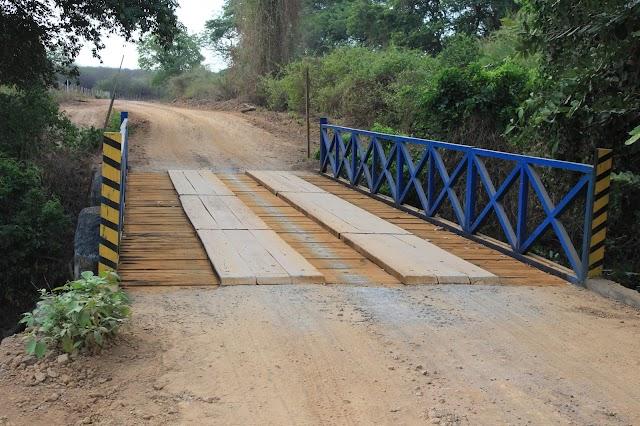 Prefeitura de Elesbão Veloso reforma ponte na zona rural