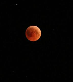 - صورة الخسوف تغير لون القمر :
