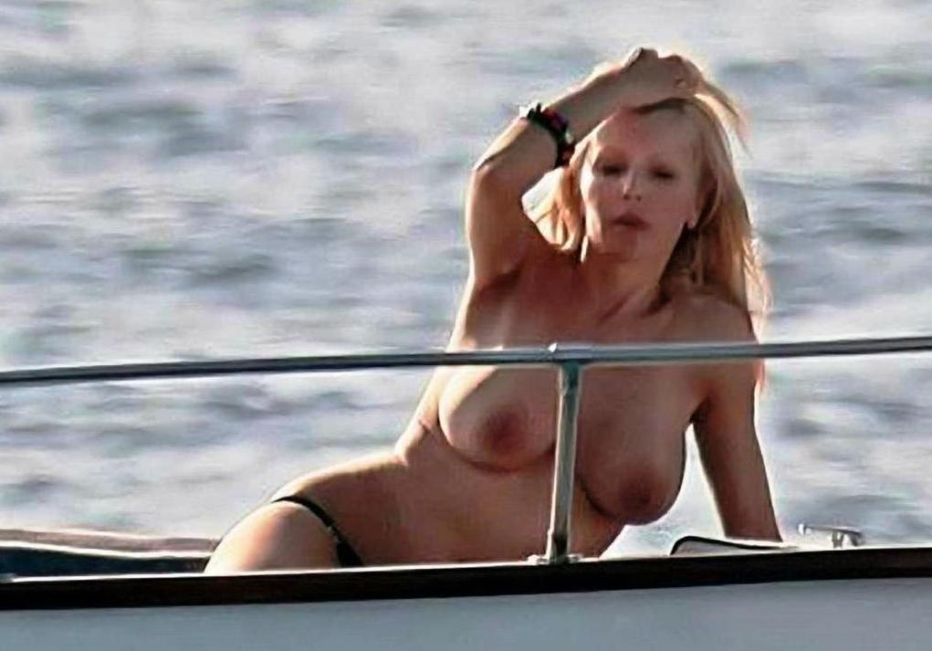 Lindsay lohan boob out paparazzi photo