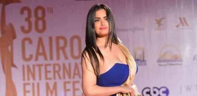 بالفيديو والصور الراقصة سما المصري تسقط في مهرجان القاهره السنيمائي الدولي وتتعرض لموقف محرج