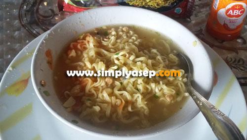 SIAP DISANTAP : Inilah saatnya Indomie Mi Instan Mi Keriting Rasa Ayam Panggang  sudah siap disajikan untuk 1 orang. Foto Asep Haryono