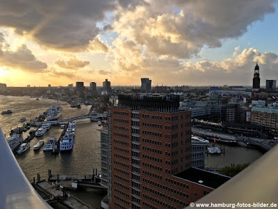 Ausblick vom Veranstaltungsbereich der Elbphilharmonie auf den Hamburger Hafen