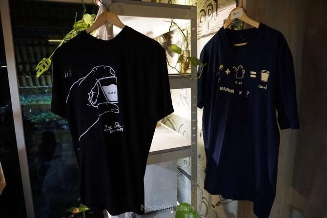 Souvenir kaus yang bisa dibeli pengunjung Klinik Kopi
