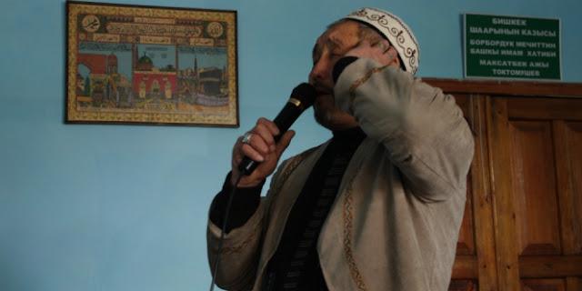 KISAH   Seseorang Mengumandangkan Adzan DI Mushola Jam 10 Malam Dan Warga Yang Berbondong-Bondong Datang Untuk Mencela. Siapa yang Gila?