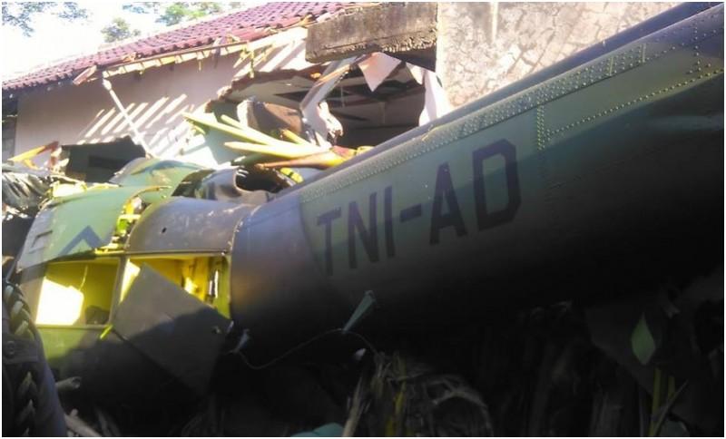 Penampakan helikopter TNI AD yang jatuh menimpa rumah warga di Kalasan