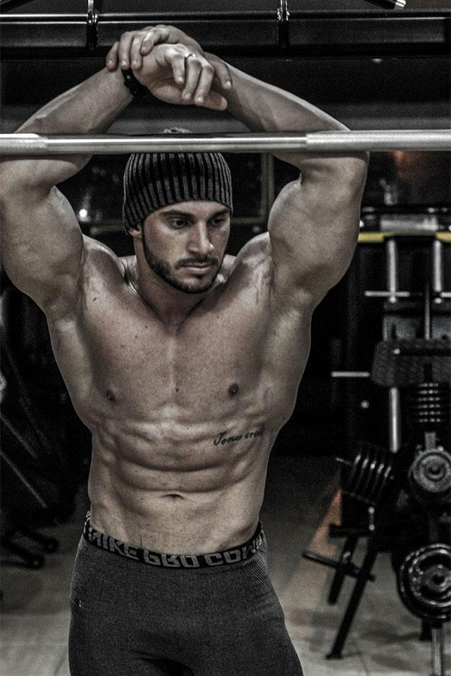 Paulo Ficcio, o Fitness Monstro mostra o corpo sarado em academia. Foto: Marcela Monteiro