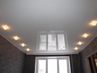 Натяжные потолки Курганинск: белый глянец со светильниками