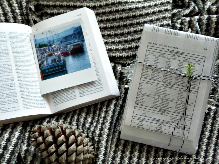 regalo empaquetado con hojas de un viejo diccionario