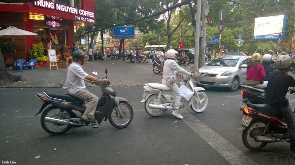 Xe gắn máy và quái nhân VietNam 9